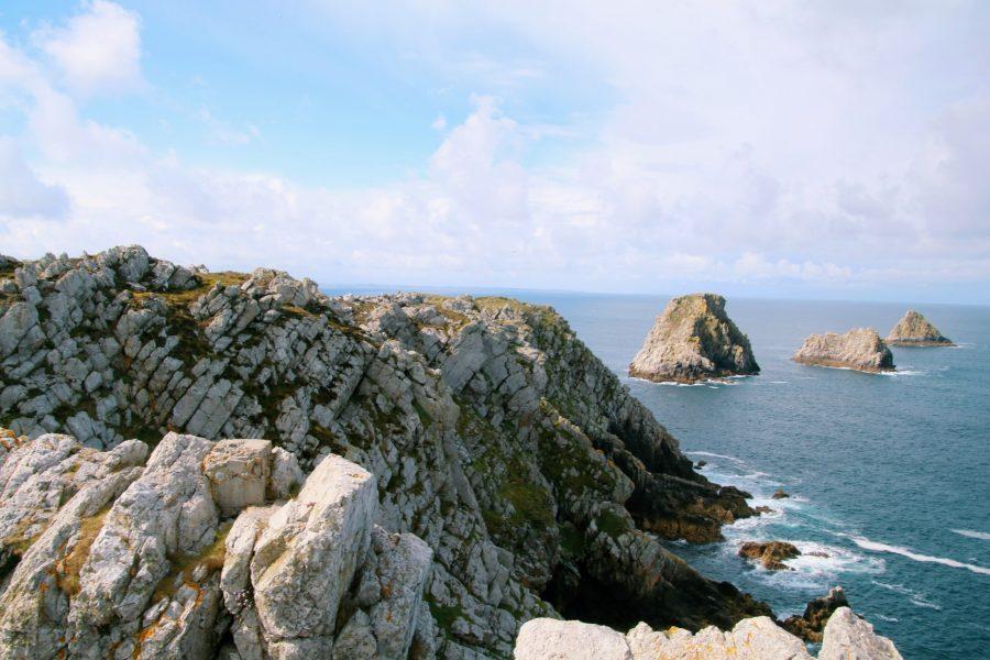 A la pointe de Pen-Hir on peut admirer les rochers dans l'eau