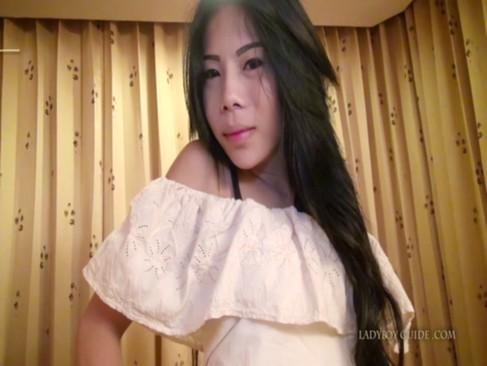 アジアンビューティーな美人ニューハーフが外人と濃厚セックス!チンポをフェラチオされて感じてるニュウハーフ動画