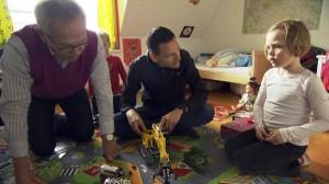 """Szene aus der Doku """"Papa, trau Dich!"""": XY wurde gekündigt, weil er sein krankes Kind aus der KiTa abholen wollte. (Foto: NDR)"""