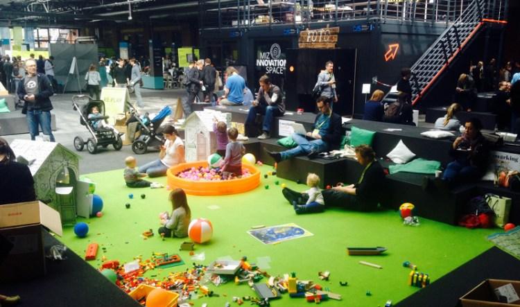 """Grüne Spieloase inmitten der re:publica15. Laut Organisator """"Coworking Toddler"""" soll hier Arbeit UND Kind gleichzeitig möglich sein. Eine Betreuung aber gab es nicht."""