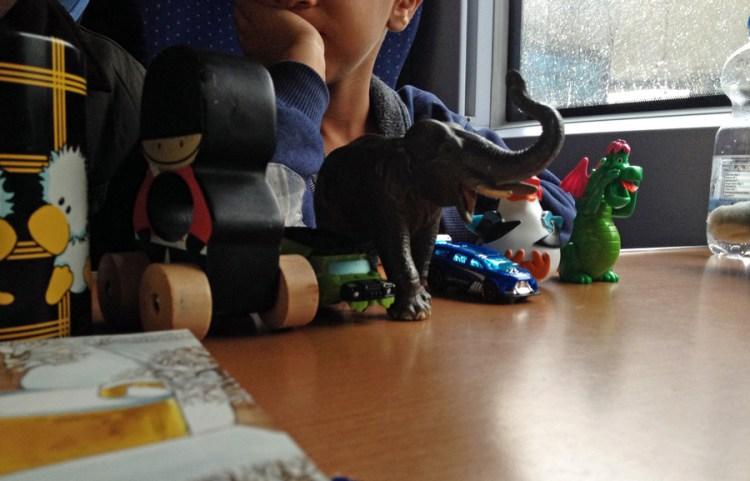Das ist nur ein kleiner Teil des Spielzeugs der Jungs, die wir auf einer Bahnfahrt trafen.