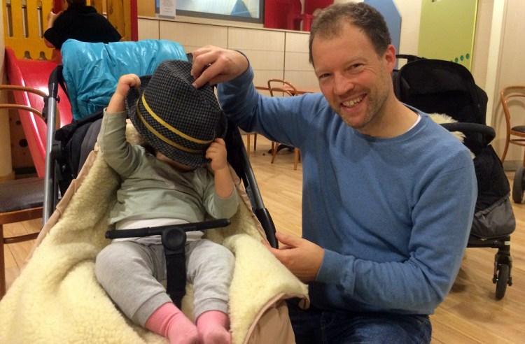 Papas Hut steht ihr gut: Mali (links) mit Matti