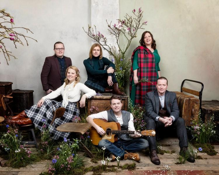 Sahen auf ihren Pressefotos im Mai 2017 schon so aus, als würden sie ein Weihnachtsalbum bewerben wollen: The Kelly Family in der Comeback-Konstellation ohne Paddy und Maite (Foto: PR/Helen Sobiralski)