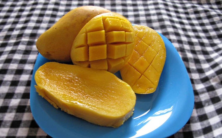 How to eat a mango without peeling it?