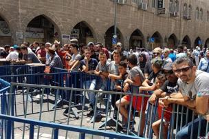 2017_7_14-worshippers-pray-outside-al-aqsa-1