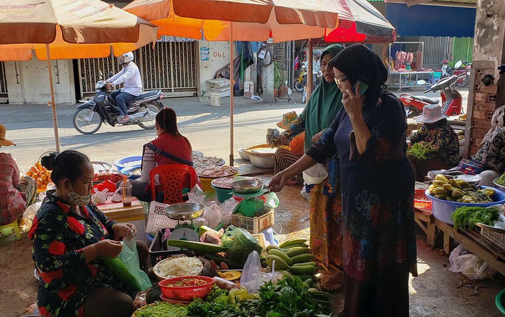 Cham women buy groceries at Prek Pra market in Phnom Penh.