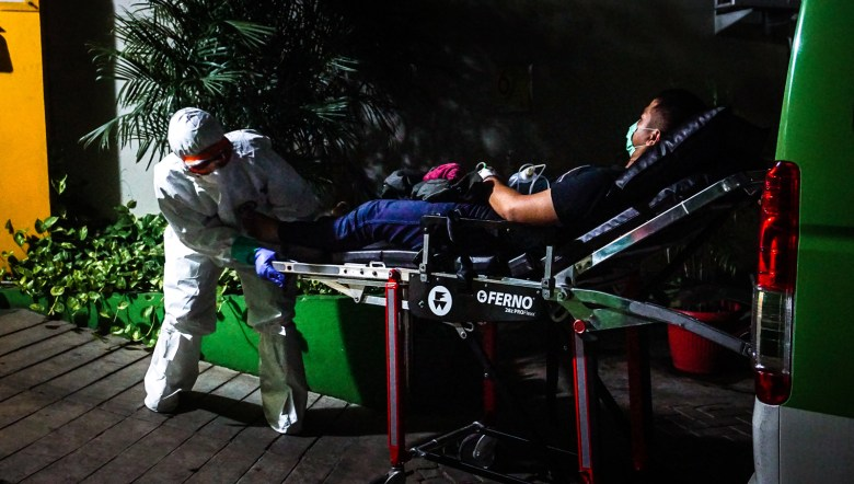Dimas Ilham memindahkan pasien yang diduga mengidap virus corona.