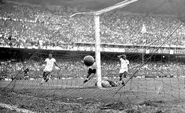 (Gol da vitória do Uruguai, na Copa de 1950).