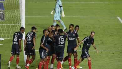 Photo of فيديو – لقطة طريفة في البرازيل سخرية وتراشق بالمياه بين لاعب ومدربه