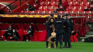 Photo of الشرطة تكشف طريقة دخول الرجل العاري لمباراة مانشستر يونايتد رغم إقامتها بدون جماهير