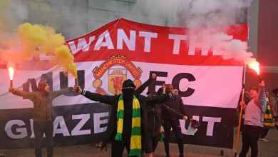 Photo of فيديو – مظاهرات عنيفة واقتحام ملعب أولد ترافورد قبل ساعات من مواجهة مانشستر يونايتد وليفربول