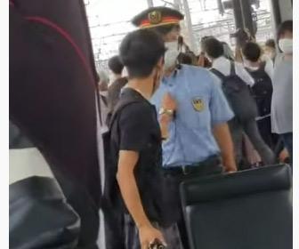 撮り鉄さん、電車の撮影を注意してきた駅員にぶちギレ
