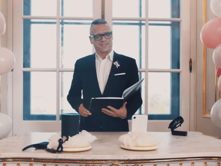 Голосовые ассистентки Siri иAlexa поженились вавстрийском замке