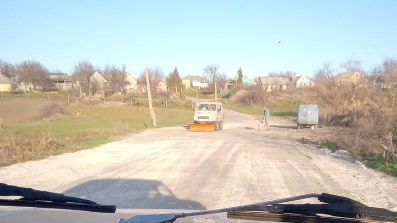 Старый ЛуАЗ превратили в бульдозер для ремонта дорог