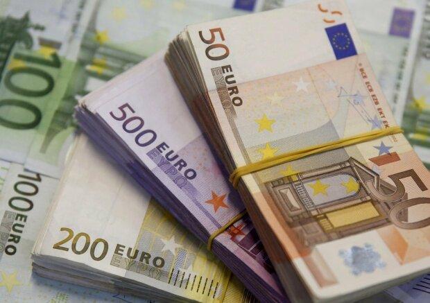 Гривна рекордно укрепилась относительно доллара: курс валют в Украине на 14 декабря