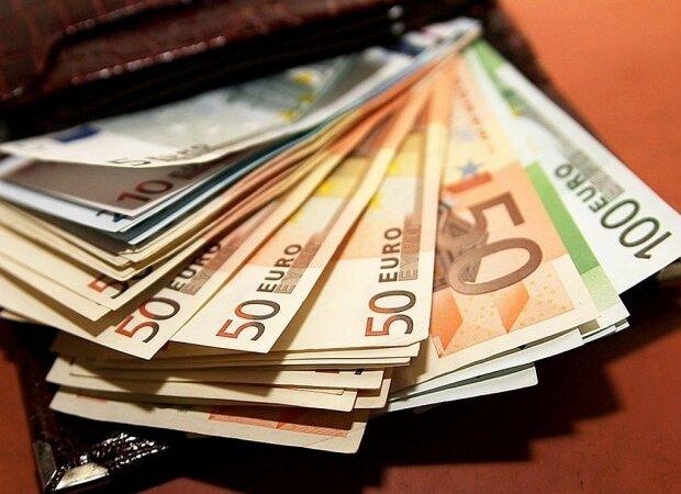 Доллар упал до нового рекордного значения: курс валют в Украине на 7 декабря