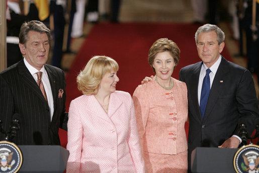 ジョージ&ローラ・ブッシュ ウクライナのユシチェンコと