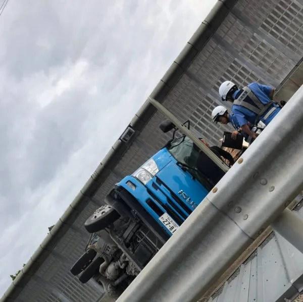 中国自動車道上り 宝塚東トンネル出口でトラック横転事故