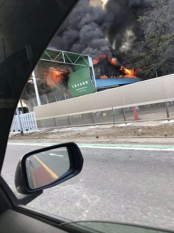 埼玉県上尾市 開平橋付近の自動車工場で火事