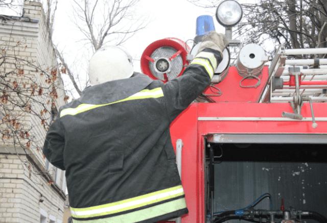 Пожарные потушили сгоревший автомобиль и не допустили распространение огня на газовую трубу