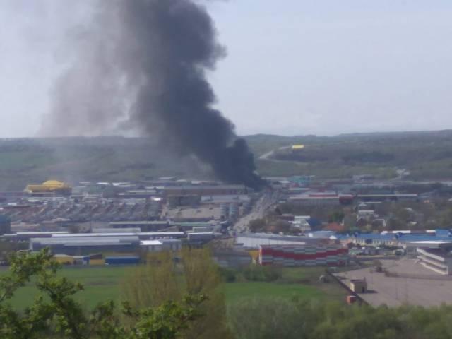 В Пятигорске на рынке горит магазин по продаже машинного масла
