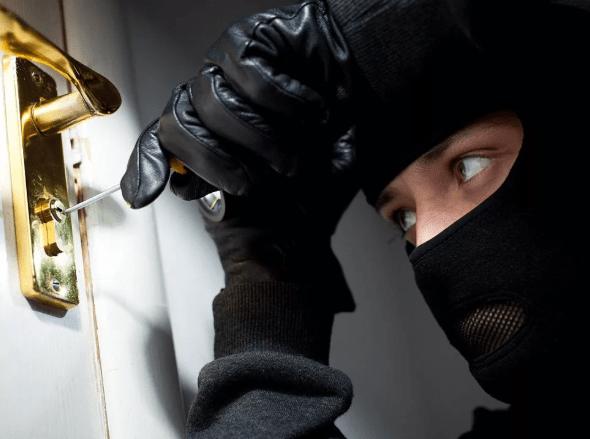 В Курском районе бдительная гражданка помогла раскрыть квартирную кражу