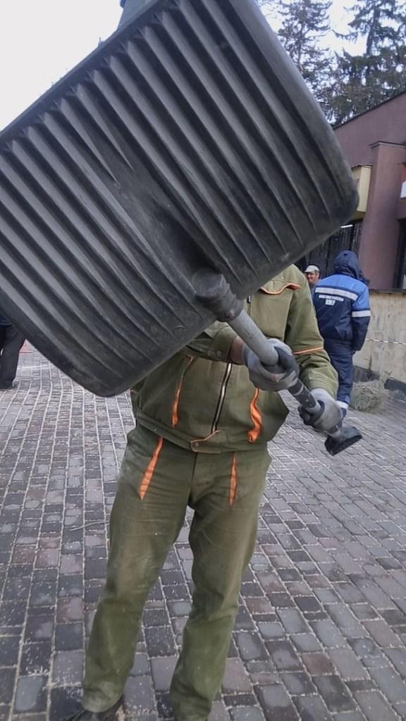 На снимавшую распил деревьев журналистку напали с лопатой в Кисловодске