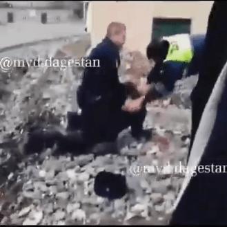 Пьяный водитель вспомнил старые обиды и начал на посту ДПС избивать полицейских в Дагестане