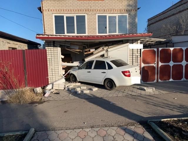 Лихач на «Гранте» снес соседям забор и врезался в стену дома в Новопавловске
