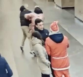 Вокруг Деда Мороза и Санта Клауса началась массовая драка в метро Санкт-Петербурга
