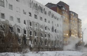 В Иркутске люди полтора месяца живут в доме, покрытом толстым льдом