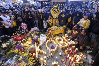 Поклонники собираются у мемориала баскетболисту Коби Брайанту в Лос-Анджелесе