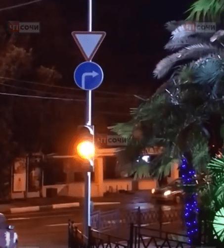 Мужчину без признаков жизни обнаружили прохожие на остановке в Сочи
