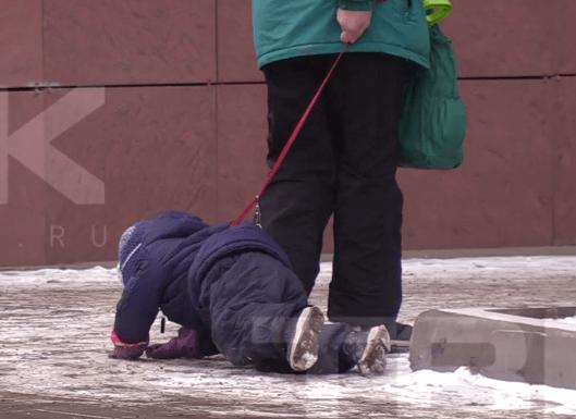 В Красноярске бабушка выгуливала ребенка на поводке