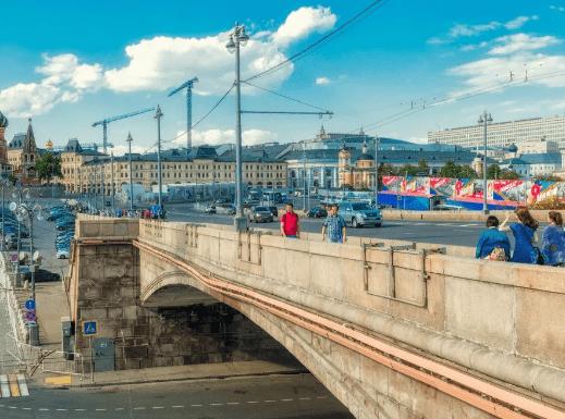 На Москворецком мосту парень пытается покончить с собой