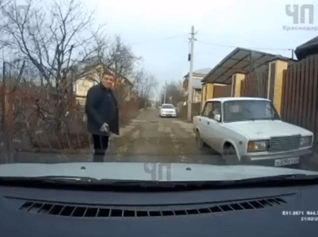 Не пропустивший машину пешеход достал пистолет и напугал водителя в Армавире