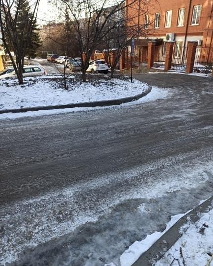 В настоящий каток превратилась дорога вблизи Пенсионного фонда в Пятигорске