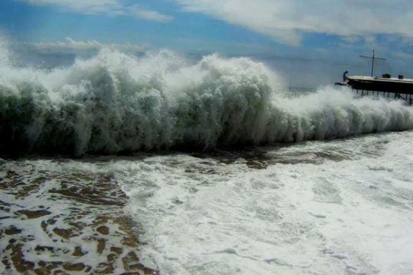 Огромные волны смывают людей в Крыму, три человека погибло