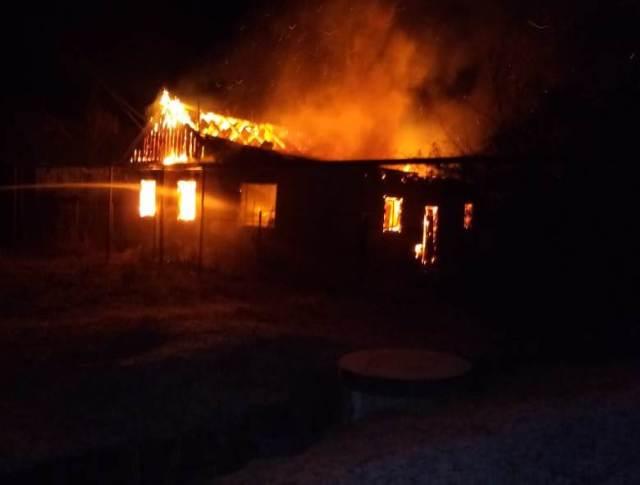 Сильные ожоги лица получил во время пожара в частном доме пенсионер в Невинномысске