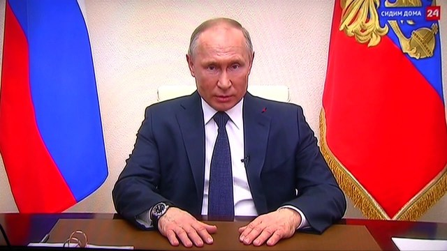 Зрители заметили отставание по времени на часах Путина во время прямого обращения