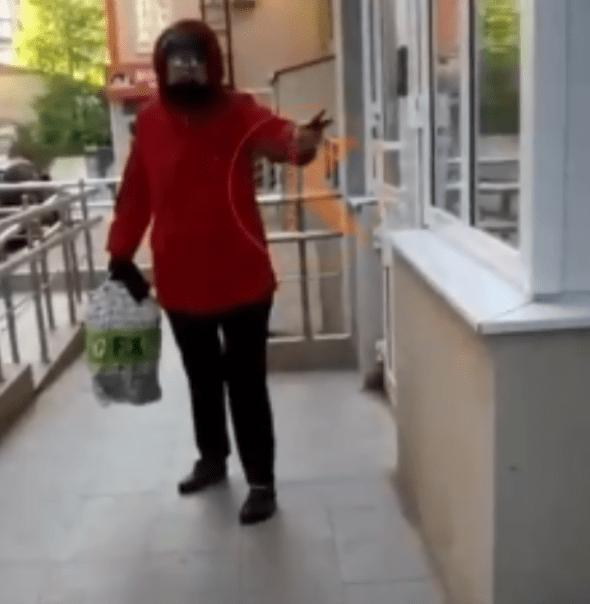 «Нет маски – пошла вон!»: женщина устроила скандал возле дома в Анапе