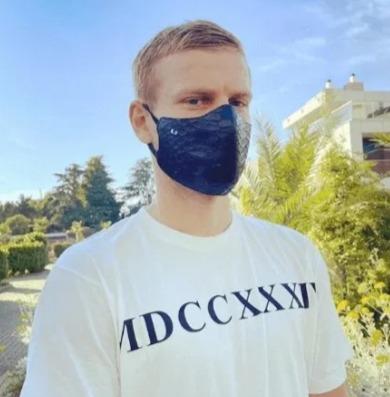 Кокорин потратил 30 тысяч рублей на маску из кожи крокодила