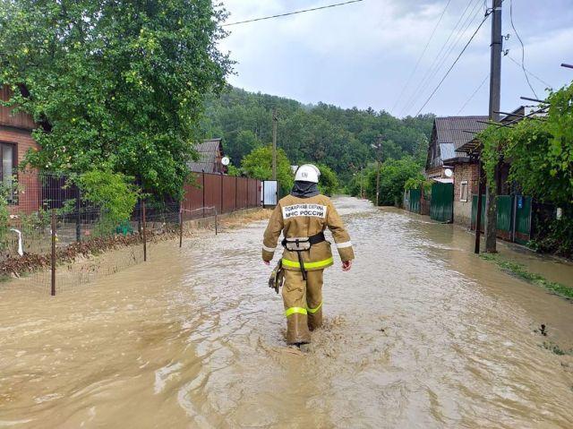 Сильный ливень затопил несколько населенных пунктов Апшеронского района Кубани