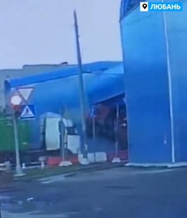 КамАЗ снёс пешеходный мост на большой скорости
