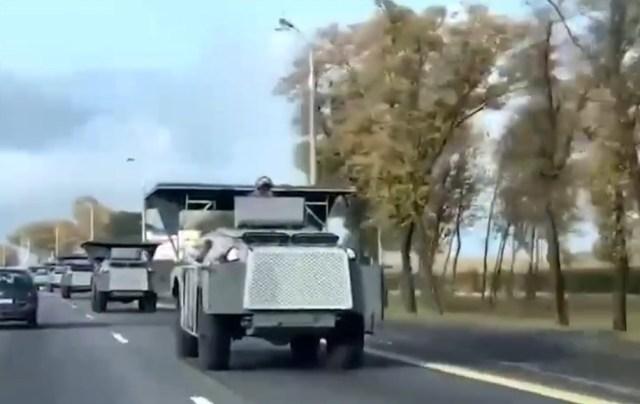 В центр Минска стягивается спецтехника: автобусы, броневички, фургоны с колючей проволокой