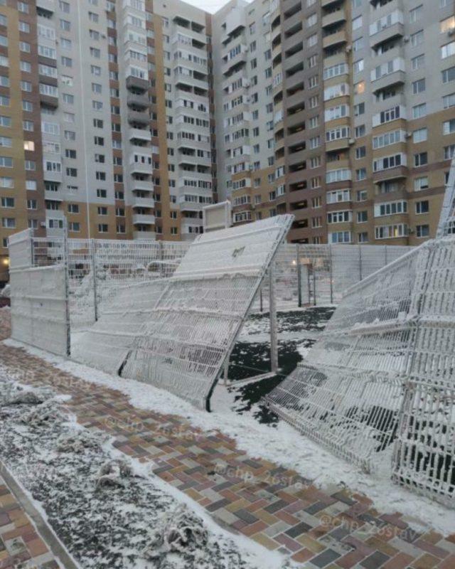 Ограждение футбольной площадки повалил ураган в Ставрополе