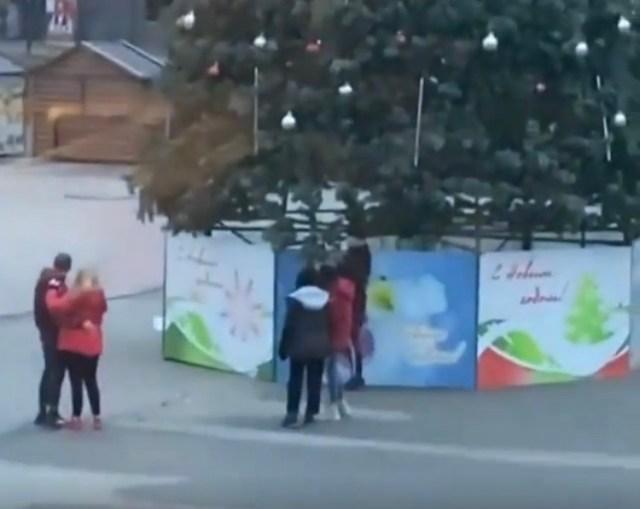Вандалы украли игрушки с ёлки на площади Ессентуков