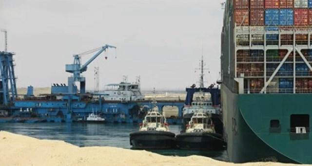 Застрявшее в Суэцком канале судно удалось немного сдвинуть с места