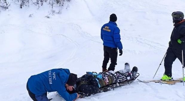 Сноубордист попал под лавину в горах КБР