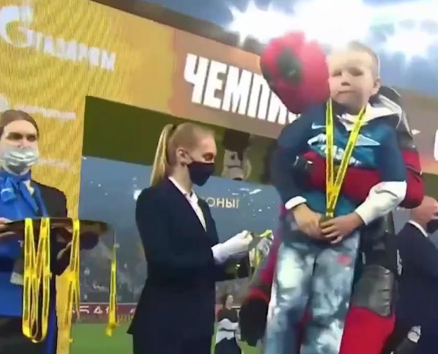 «Зенит» досрочно стал чемпионом России - на награждение Дзюба пришел в костюме Дедпула